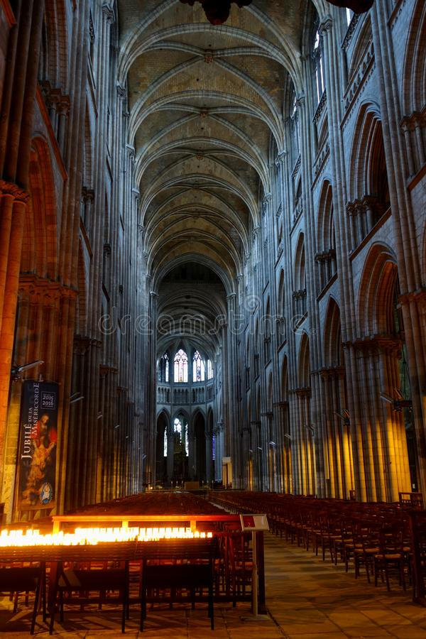 Het binnenland van de Kathedraal van Rouen in avondverlichting stock foto's