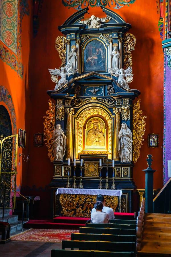Het binnenland van de Katholieke kerk bouwde de vijftiende eeuw in de Gotische stijl in royalty-vrije stock foto
