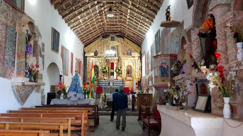 Het binnenland van de kerk van het dorp van San Cristobal, Potosi, Bolivië stock foto's