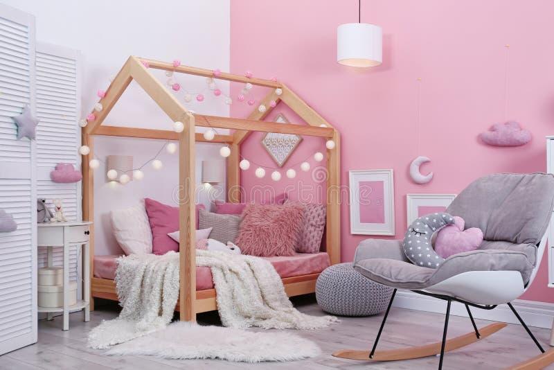 Het binnenland van de kind` s ruimte met comfortabel bed stock foto