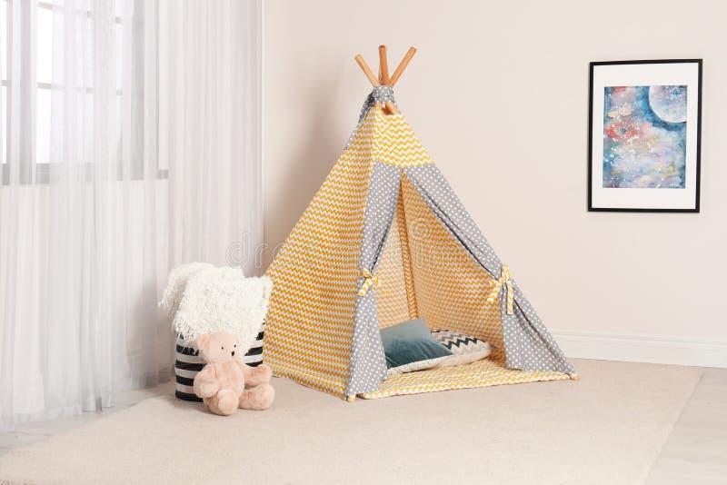 Het binnenland van de kindruimte met speltent dichtbij venster stock fotografie