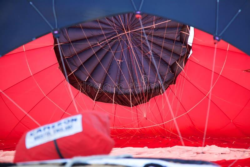 Het binnenland van de luifel van een hete luchtballon aangezien het opgeblazen is royalty-vrije stock foto