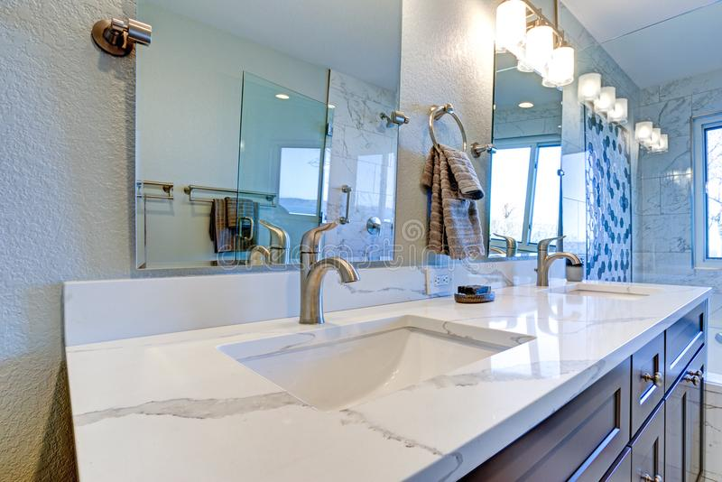 Het binnenland van de luxebadkamers met blauwe dubbele toilettafel royalty-vrije stock foto