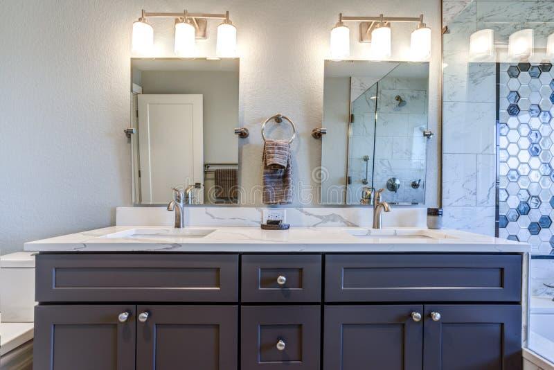 Het binnenland van de luxebadkamers met blauwe dubbele toilettafel stock foto