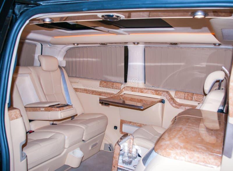 Het binnenland van de luxebestelwagen Eersteklas binnenlandse bestelwagen met leer stock afbeeldingen