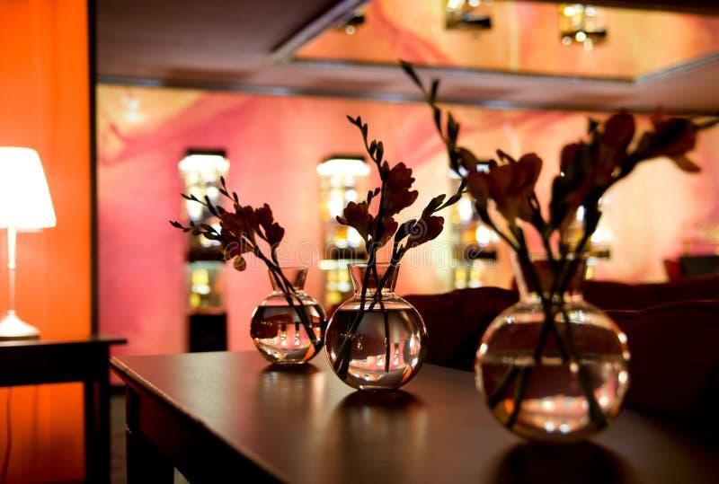 Het binnenland van de nachtclub - bloemdecoratie stock foto