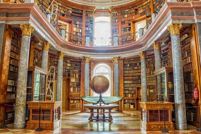 Het binnenland van de Pannonhalmabibliotheek in Hongarije stock foto