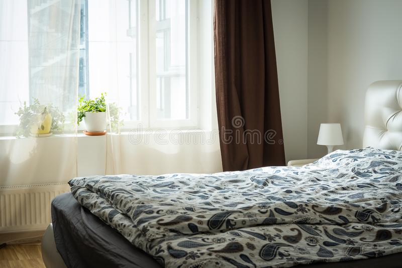 Het Binnenland van de slaapkamer Helder slaapkamerbinnenland met breed bed binnenlandse flat, geleverde zolder, slaapkamer comfor royalty-vrije stock afbeeldingen