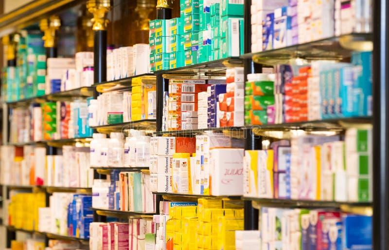 Het binnenland van de stadsapotheek in de planken met geneesmiddelen en voorbereidingen stock foto