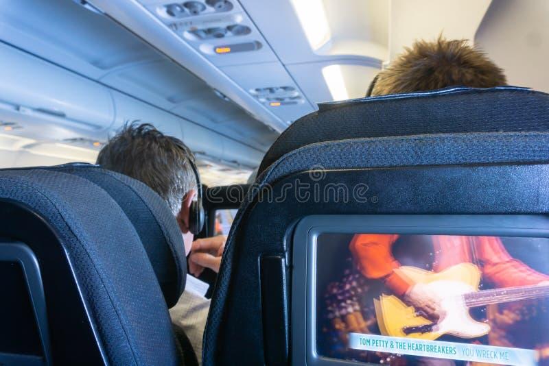 Het binnenland van de vliegtuigcabine tijdens de vlucht royalty-vrije stock afbeelding
