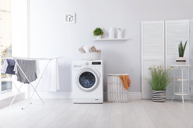 Het binnenland van de wasserijruimte met wasmachine stock foto's