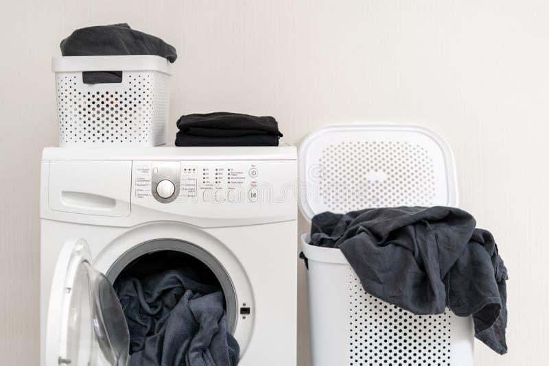 Het binnenland van de wasserijruimte met wasmachine dichtbij muur royalty-vrije stock foto's