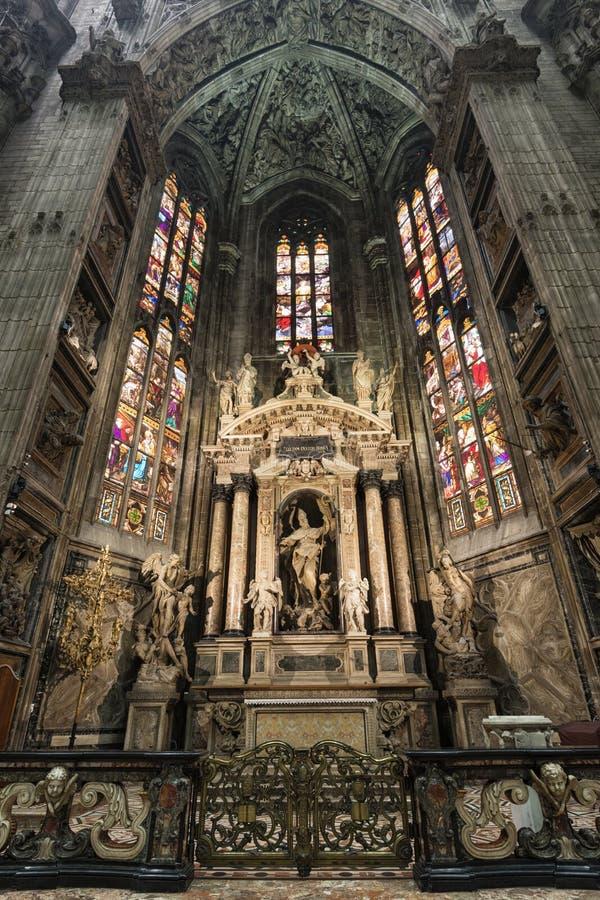 Het binnenland van Duomo-kerk in Milaan royalty-vrije stock afbeeldingen