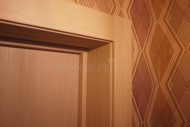 Het binnenland van een ruimte met een nieuw binnenland wordt ge?nstalleerd dat Deur De ge?nstalleerde deur vult eensgezind het bi stock afbeeldingen