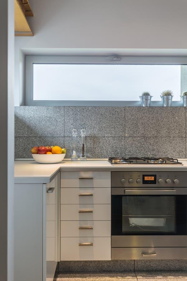 Het binnenland van graniettegels in eenvoudige keuken stock foto