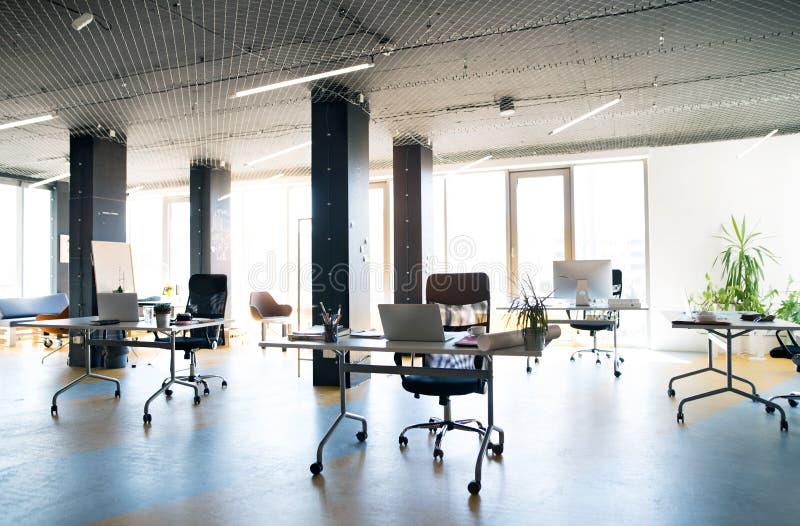 Het binnenland van groot helder leeg modern bureau na het werk royalty-vrije stock afbeeldingen