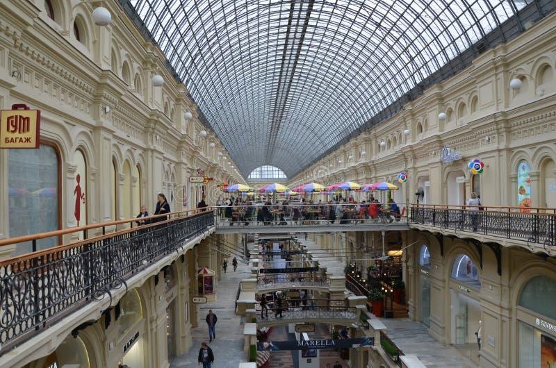 Het binnenland van het GOMwinkelcomplex in Moskou stock afbeeldingen