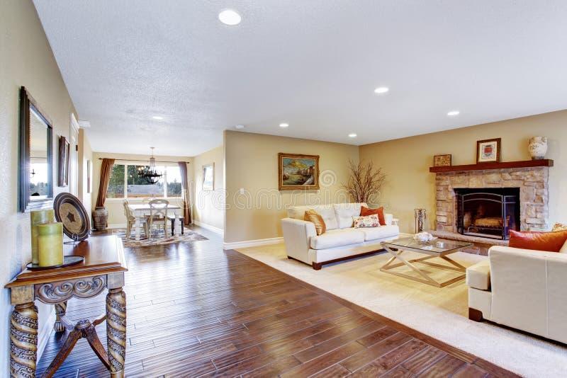 Het binnenland van het huis Comfortabele woonkamer met het dineren gebied royalty-vrije stock afbeeldingen