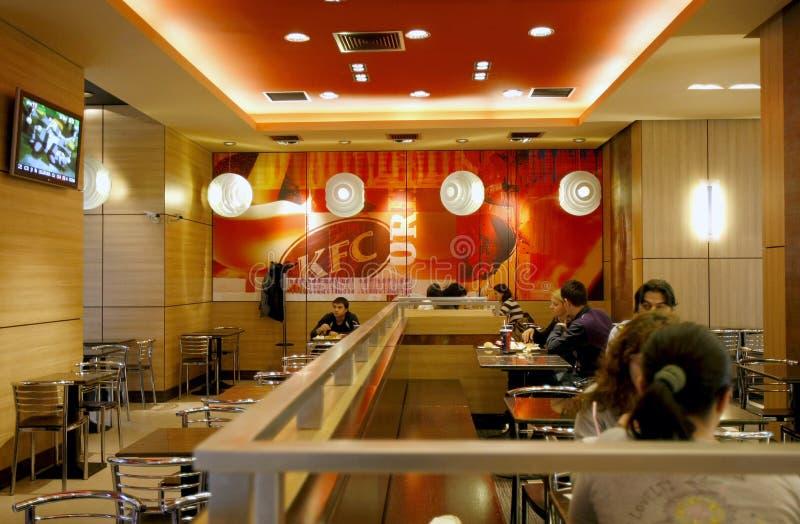 Het binnenland van het snel voedselrestaurant - KFC stock fotografie