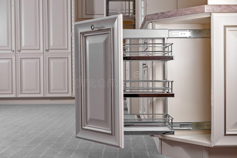 Het binnenland van het huis Keuken - Geopende Deur met Meubilair Hout en het Materiële, Moderne Ontwerp van Chrome royalty-vrije stock afbeelding