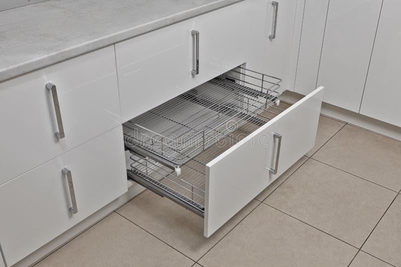Het binnenland van het huis Keuken - Geopende Deur met Meubilair Hout en het Materiële, Moderne Ontwerp van Chrome stock foto