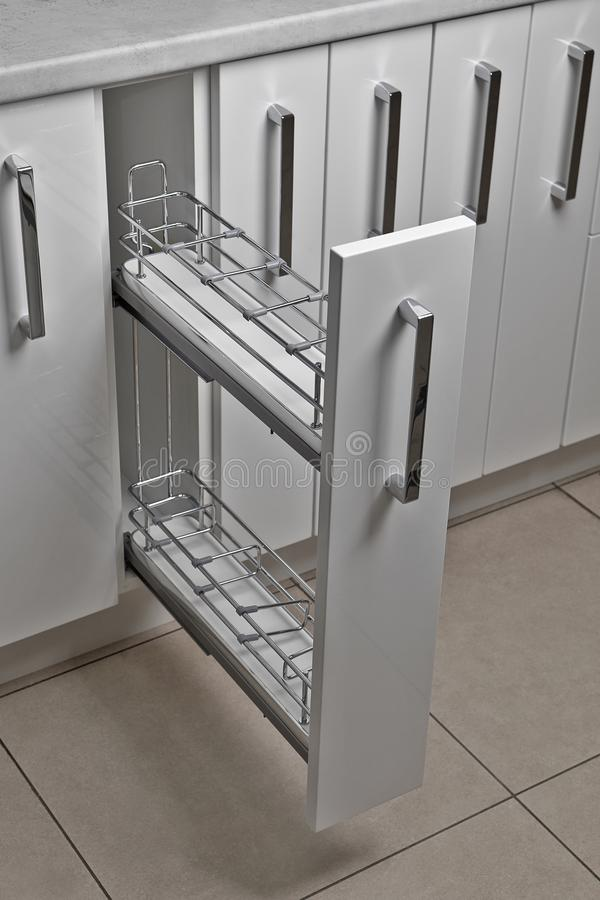 Het binnenland van het huis Keuken - Geopende Deur met Meubilair Hout en het Materiële, Moderne Ontwerp van Chrome stock foto's