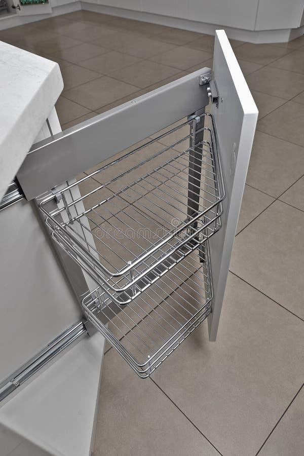 Het binnenland van het huis Keuken - Geopende Deur met Meubilair Hout en het Materiële, Moderne Ontwerp van Chrome stock fotografie