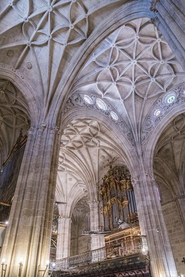 Het binnenland van Kathedraal van de incarnatie, detail van kluis door gerichte bogen wordt gevormd, unieke aard van vesting die  stock afbeelding