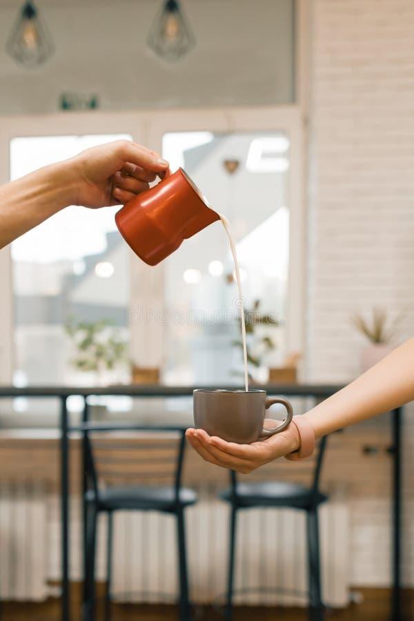 Het binnenland van het koffiehuis, concept het maken van koffie met melk stock afbeeldingen