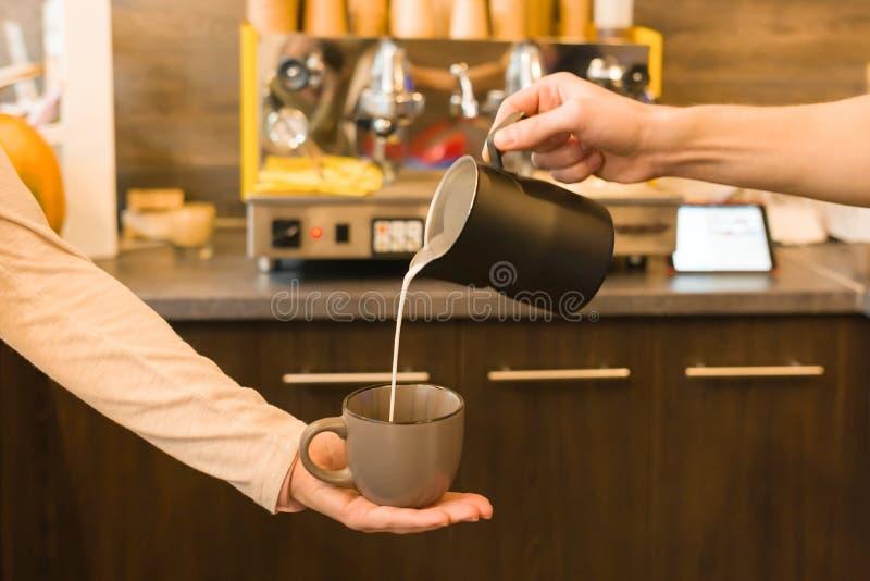 Het binnenland van het koffiehuis, concept het maken van koffie met melk stock foto
