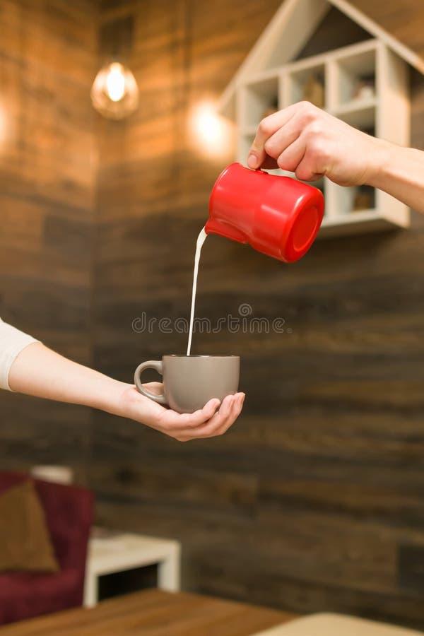 Het binnenland van het koffiehuis, concept het maken van koffie met melk stock foto's