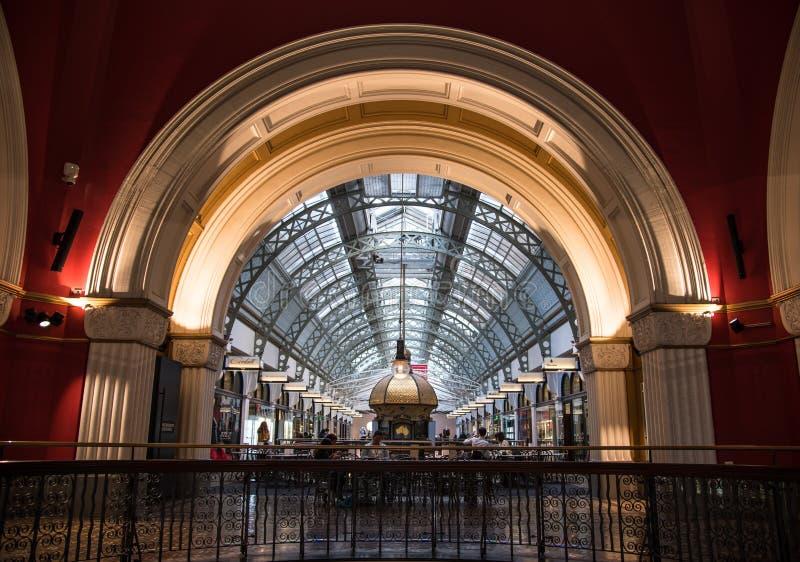 Het binnenland van Koningin Victoria Building als QVB wordt afgekort is een erfenis-vermeld recent-negentiende-eeuwgebouw dat stock foto's