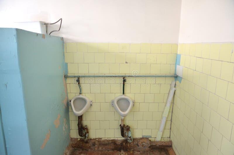 Het binnenland van het mensen` s toilet in het beheer van een grote, rijke, verwerkende onderneming Rusland, Siberië royalty-vrije stock fotografie