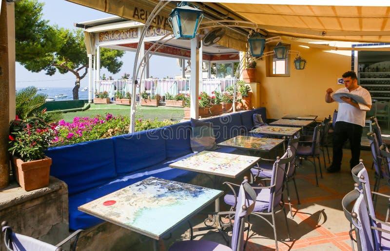 Het binnenland van het restaurant die het overzees overzien Positano royalty-vrije stock foto