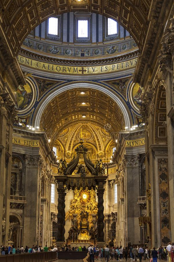 Het binnenland van St Peter ` s Basiliek in het Vatikaan Barokke luifel over het altaar, boven de luifelstijgingen een specifieke royalty-vrije stock foto's