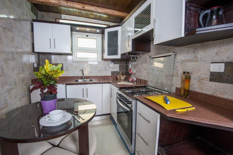 Het binnenlandse decorontwerp van keuken in toont huisflat stock foto