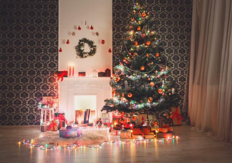 Het binnenlandse ontwerp van de Kerstmisruimte, verfraaide boom in slingerlichten stock foto