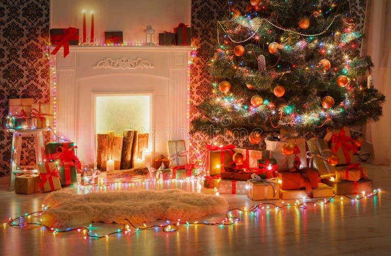 Het binnenlandse ontwerp van de Kerstmisruimte, verfraaide boom in slingerlichten royalty-vrije stock fotografie