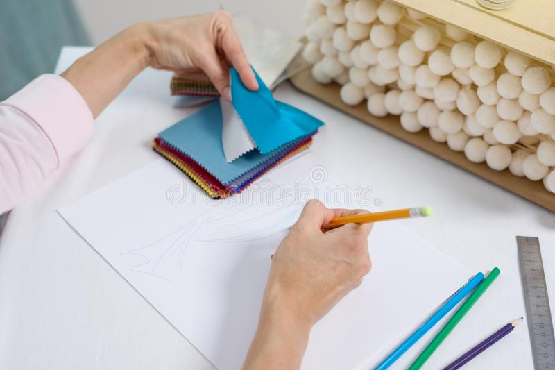 Het binnenlandse ontwerperwijfje trekt bij bureau in bureau met potlood stock afbeelding