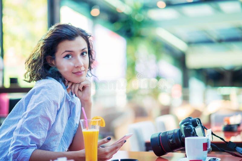 Het binnenportret van de levensstijlmanier van het mooie vrouw stellen bij koffie stock afbeeldingen