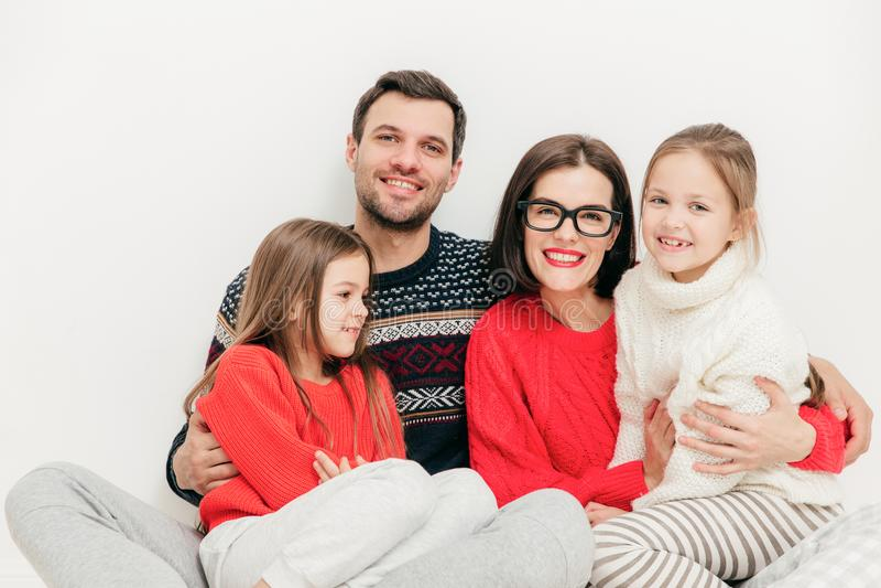 Het binnenschot van gelukkige familie geniet van samenhorigheid, vrije tijddurin stock foto