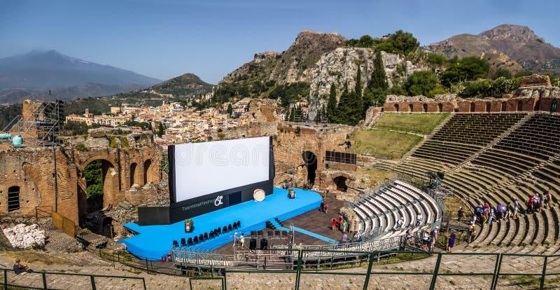 Het bioskoopscherm bij Oud Grieks theater van Taormina voor Taormina-Film Fest - Taormina, Sicilië, Italië stock afbeelding