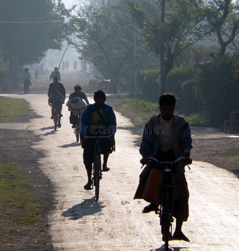 Het Birmaanse cirkelen aan het werk & school royalty-vrije stock afbeeldingen
