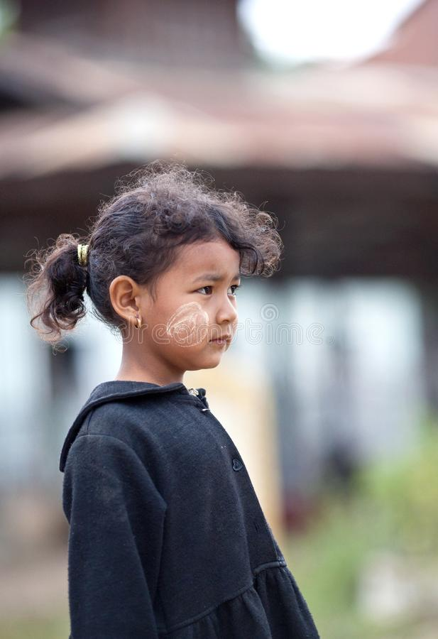 Het Birmaanse meisje stelt voor een foto tijdens hun onderbrekingstijd in school stock afbeelding