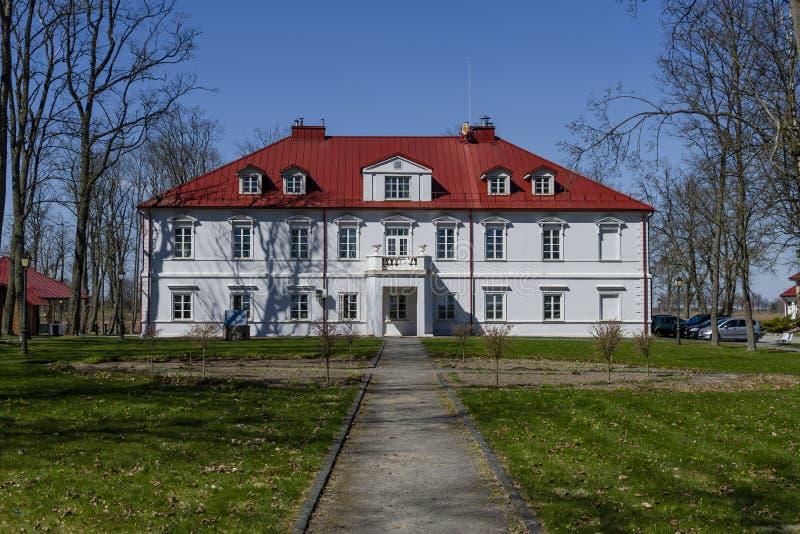Het Bistrampolis-Paleis bij de lente Mening van park royalty-vrije stock fotografie