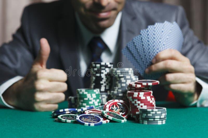 Het blackjack in de Winsten van een Casinomens wordt Rijk, toont Groot als royalty-vrije stock afbeeldingen