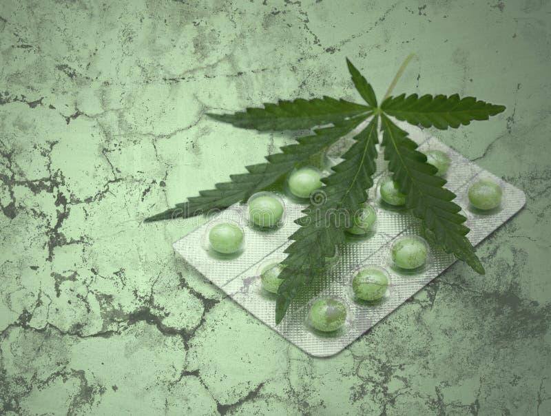 Het blad en de drugs van de cannabis over grungetextuur royalty-vrije stock foto's