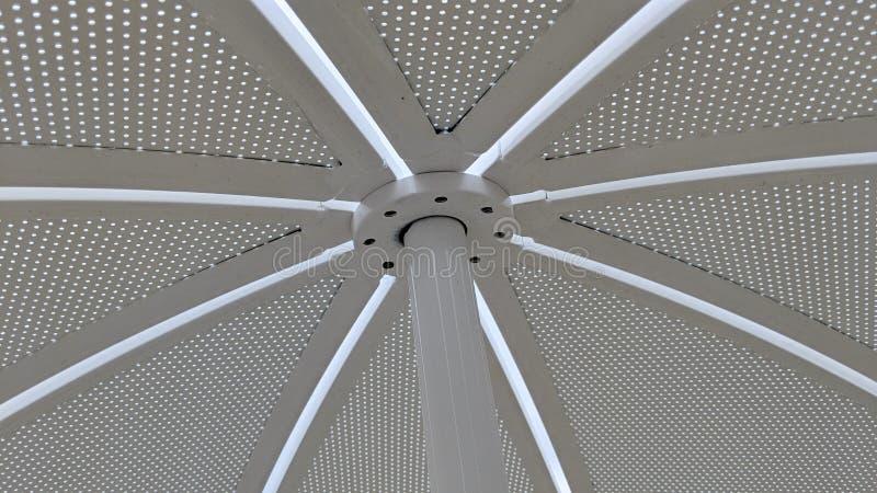Het blad van het zonneschermmetaal met prikken wordt doordrongen die royalty-vrije stock fotografie