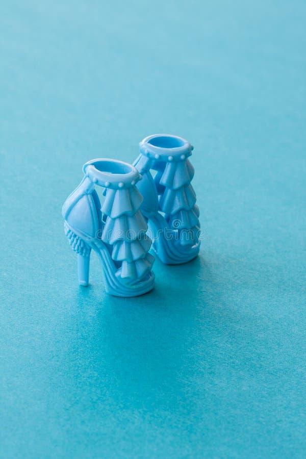 Het blauw hielde hoog poppenschoenen stock foto