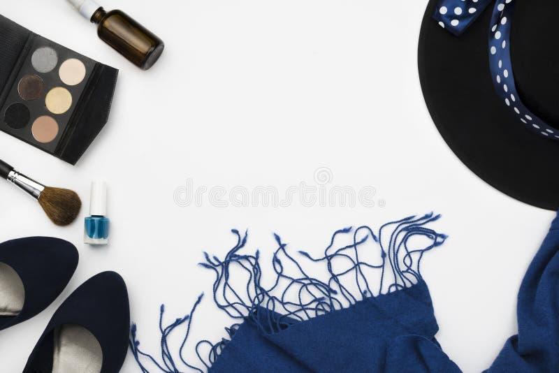 het blauw hielde schoenen, kosmetisch palet, borstel, nagellak, hoog blauwe sjaal en hoed, manierconcept royalty-vrije stock afbeeldingen